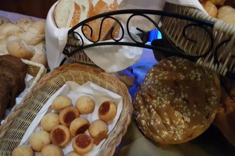 panes y bollos en cestas