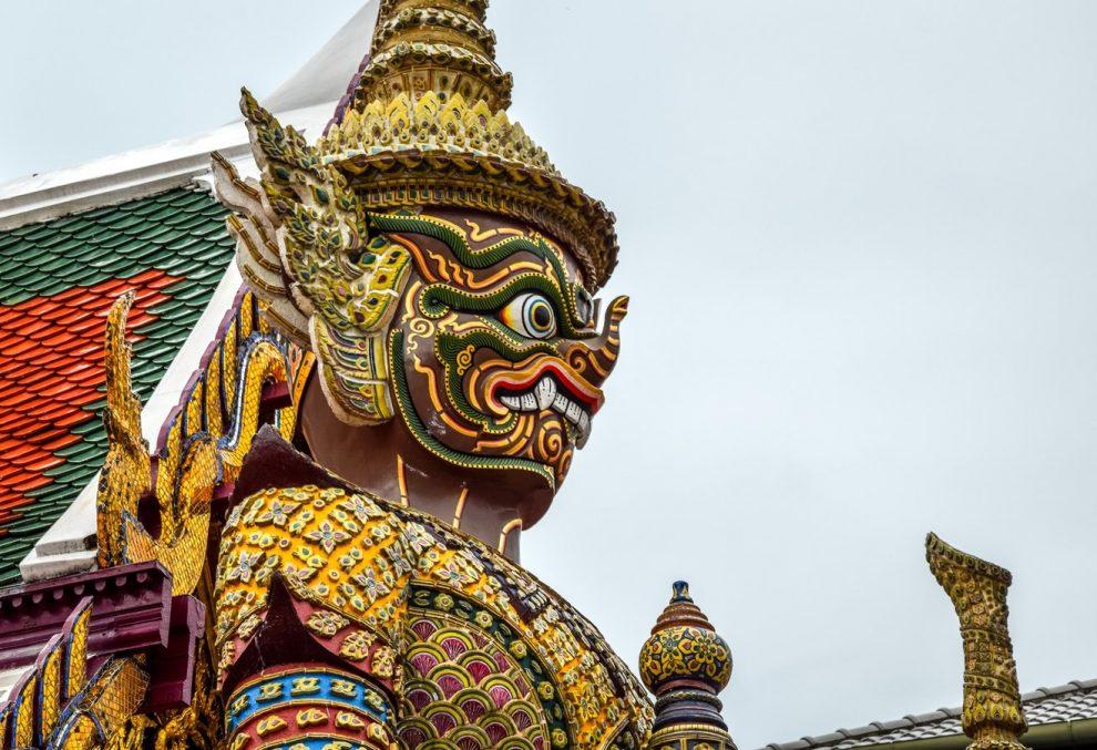 Cabeza de ser divino en un templo