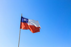 bandera de Chile al viento en un mástil