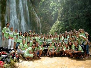 foto de grupo con la cascada de fondo