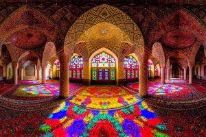 interior de templo con muchos colores